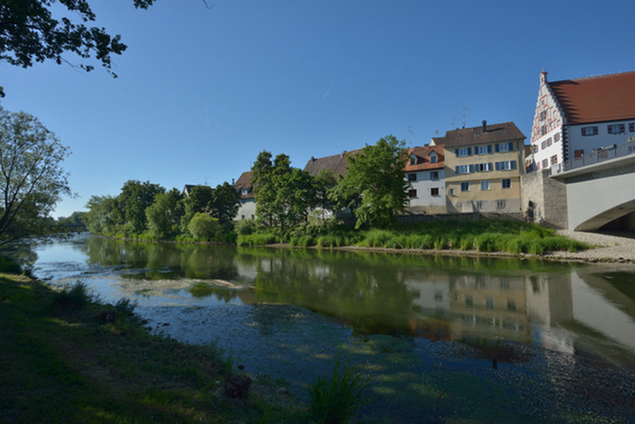 Stadtbrücke mit Donauufer